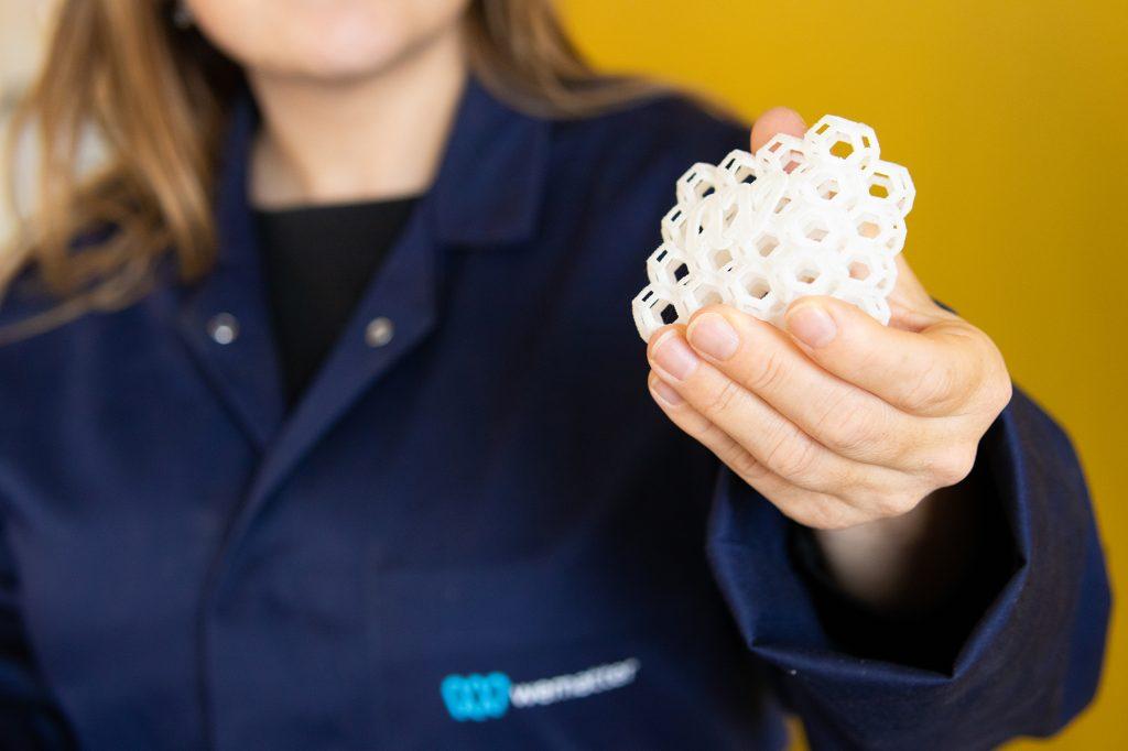 En av Wematters utvecklare med en utskrift i materialet Aurora TPU